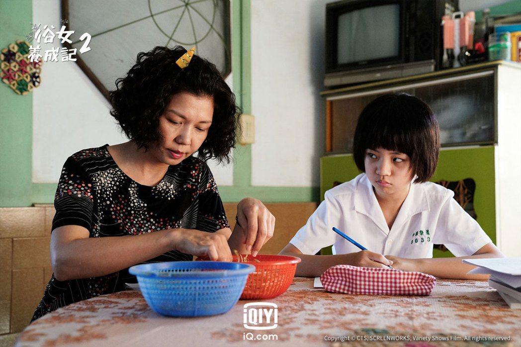 于子育、吳以涵在「俗女養成記2」中母女互動逗趣。圖/華視、CATCHPLAY提供