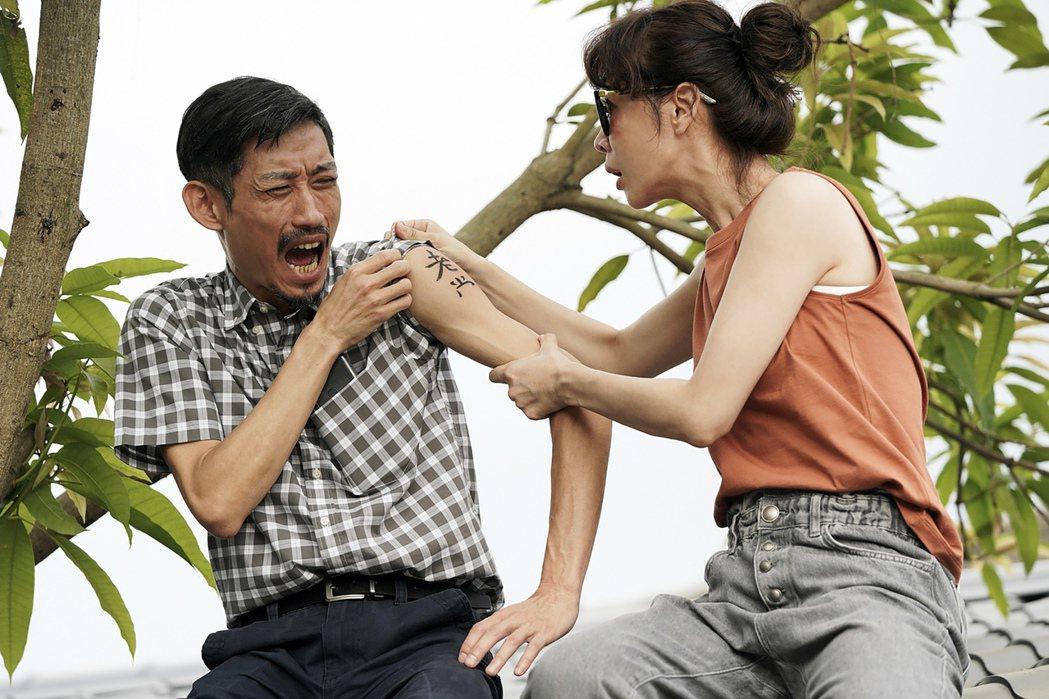 謝盈萱(右)、陳竹昇(左)父女檔的屋頂談心。圖/華視、CATCHPLAY提供