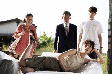 于子育(左起)、陳竹昇、謝盈萱、宋偉恩演出「俗女養成記2」。圖/華視、CATCHPLAY提供