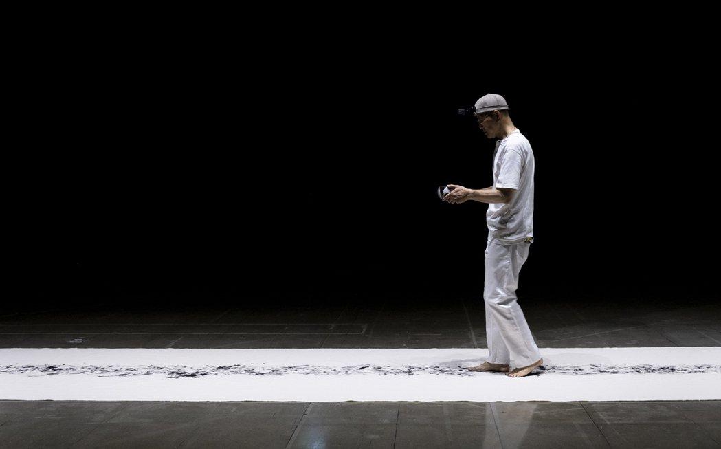 行為藝術〈墨行〉啟發自佛經的,石晉華將於展間現場以數日時間,持著一滿缽的墨行走。...