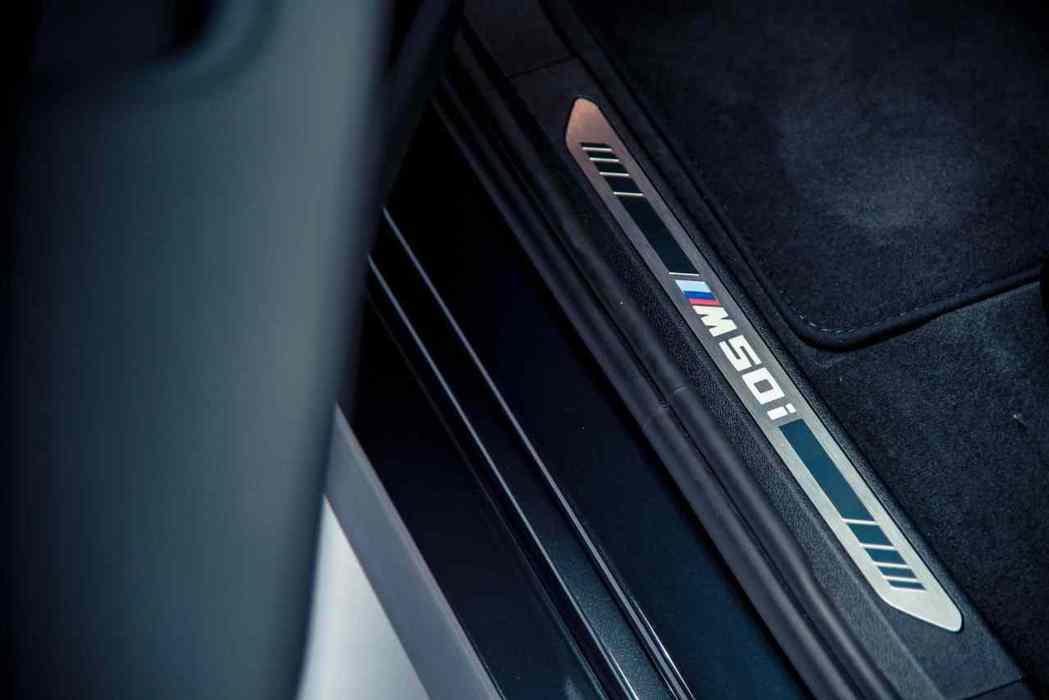 進入座駕空間,印入眼前的M50i字樣迎賓門檻立即感受專屬M車主的熱血語彙。 圖/...