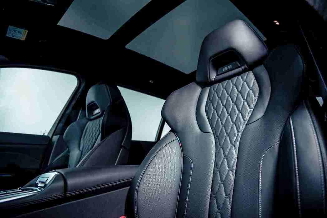 全新BMW X7 M50i搭載鑲有黑色M Logo的雙前座M跑車座椅含記憶功能,...