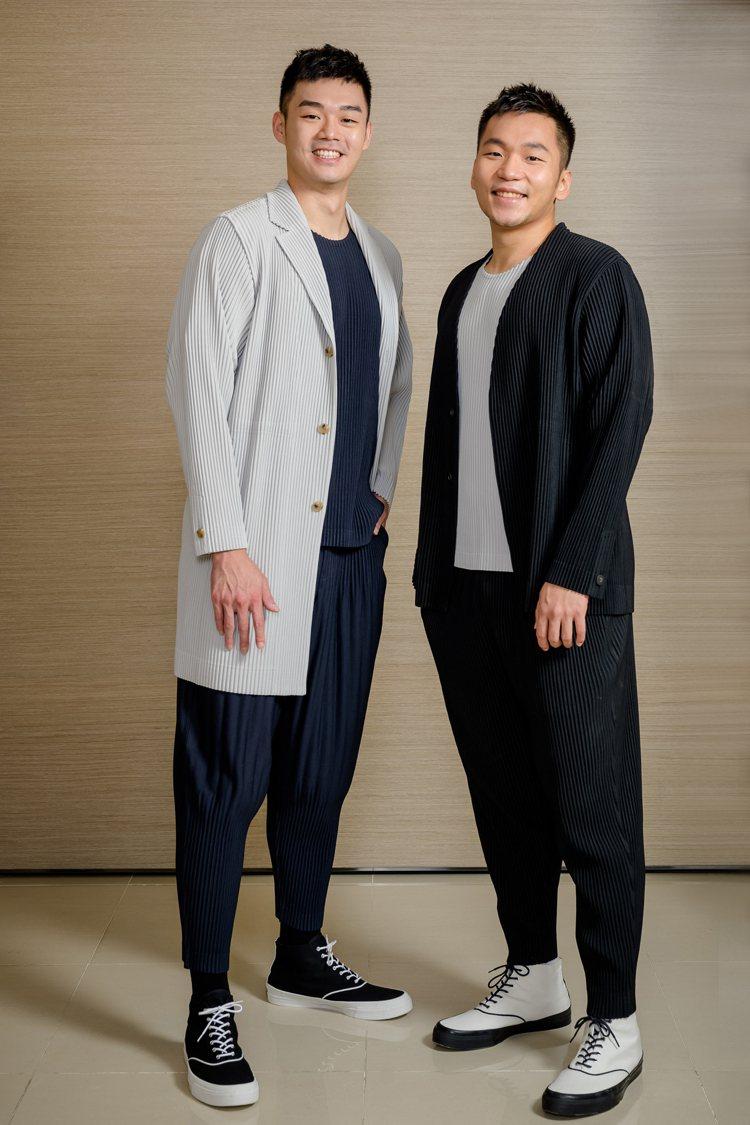 王齊麟(左)身穿海軍藍基本款圓領短袖上衣5,800元、壓褶長褲10,800元、淺...