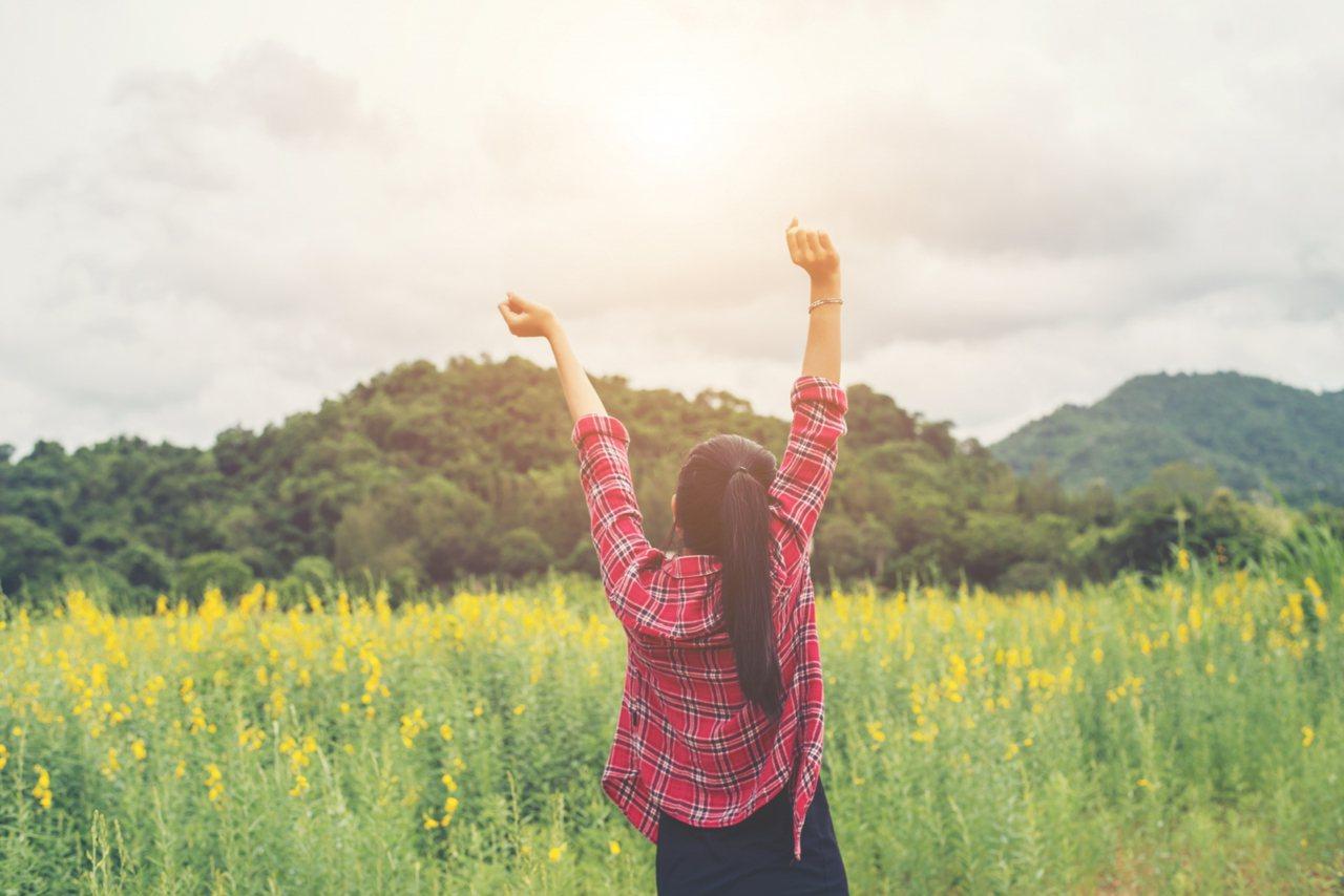 不要把人生當作從過去、現在到未來的一條直線,而是要學會放下「過去」和「未來」,好...