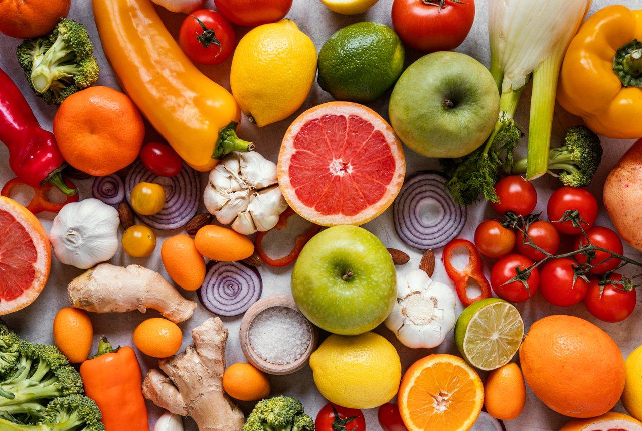 多吃蔬果,由內而外來養顏美容一番,讓皮膚變得更水噹噹,並吃出健康好氣色。 圖/f...