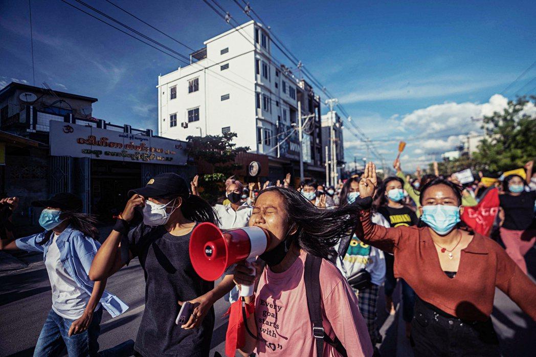 2月政變至今,緬甸街頭依然陸續有示威者上街和平抗議,軍方的鎮壓也在持續。根據緬甸...