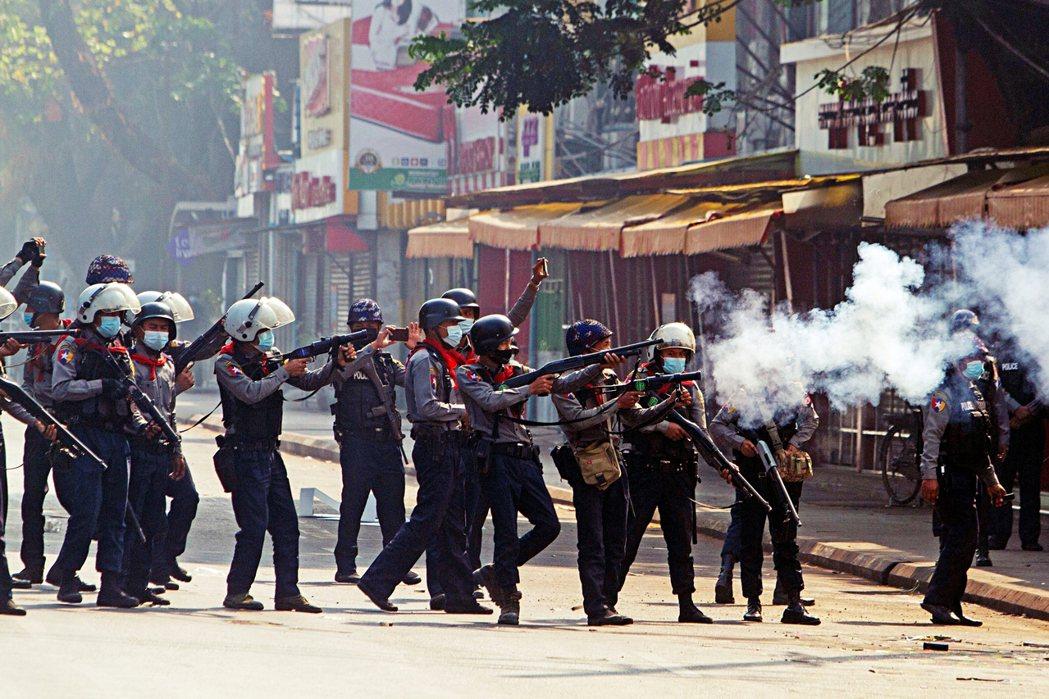 當聯合國大會在5月草擬對緬甸禁售武器的議案時,東協成員國家當時携手反建議用更溫和...