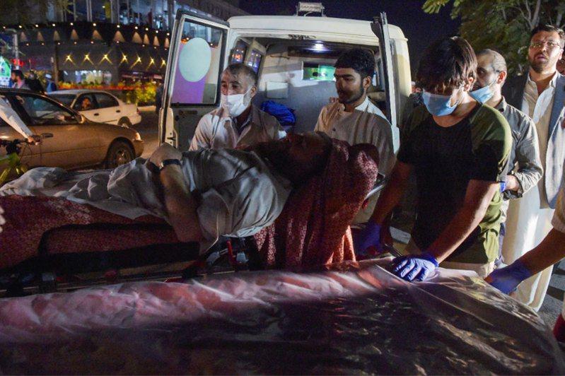 喀布爾機場的爆炸案造成大量死傷,圖為送醫民眾。法新社