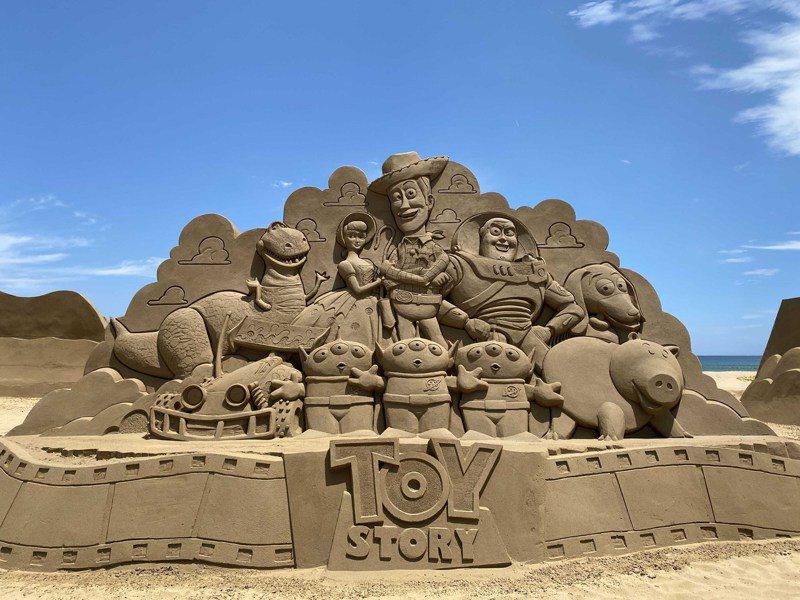 福隆國際沙雕藝術季預計9月中秋推出18座皮克斯電影沙雕作品,將人物角色從大螢幕中搬出來,高達4公尺的「玩具總動員沙雕」,胡迪、巴斯光年、三眼怪等多達30個的經典角色都將出現。圖/福容大飯店福隆提供