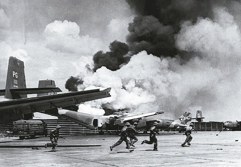 1975年4月下旬越南西貢機場遭到轟炸,北越軍隊(圖中)隨即進駐,不久越南政府就投降,結束30年越戰。法新社
