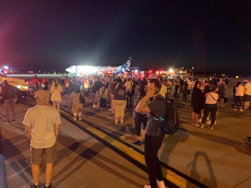 三星手機燃燒造成阿拉斯加航空班機 751航班乘客緊急疏散。圖/取自推特@NewsWithKevin