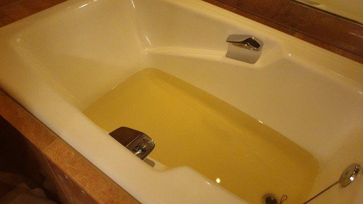 女網友分享入住台北新開幕日本飯店,卻一晚換三房,流出來的水是「冬瓜茶色」。圖/翻...