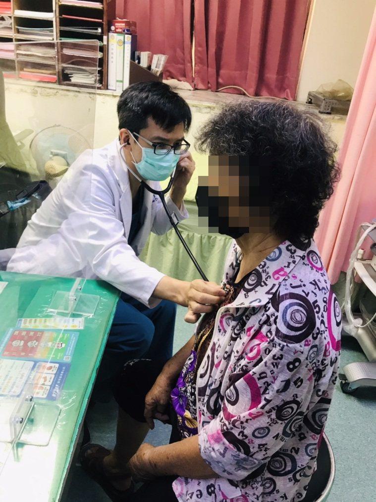 苑裡李綜合心臟內科醫師陳彥舟表示莊姓老婦高齡87歲,心血管疾病風險隨時存在。圖/...