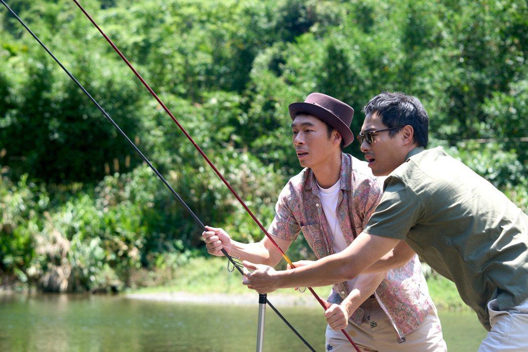 楊祐寧(右)和許志安在河邊釣魚牽猴子提供子提供
