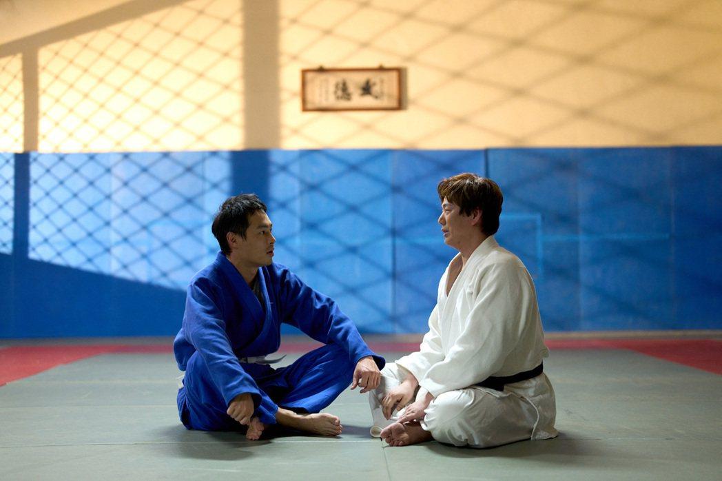 楊祐寧(左)和蕭煌奇打柔道。圖/牽猴子提供