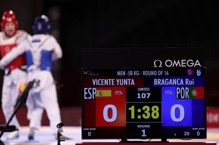 OMEGA的先進科技反應在選手配戴的感應裝置中,圖中則為今年稍早的東京奧運跆拳道...