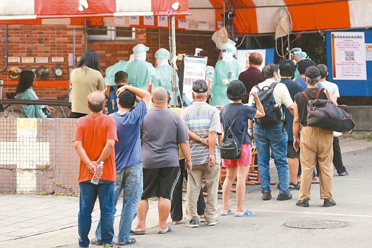 新冠肺炎疫情嚴峻時期,一大早在北市聯醫中興院區就有不少民眾排隊篩檢。記者許正...