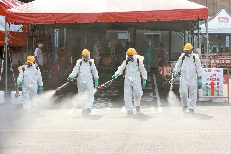 一有確診個案,化學兵就會背上重達20多公斤的消毒桶,沿著確診者走過的路徑噴灑漂白...