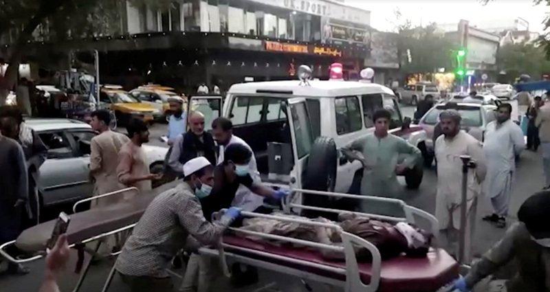 喀布爾機場26日發生兩起自殺炸彈攻擊事件,造成13名美軍在內的數十人死亡,IS坦承阿富汗分支團體ISIS-K犯案。路透
