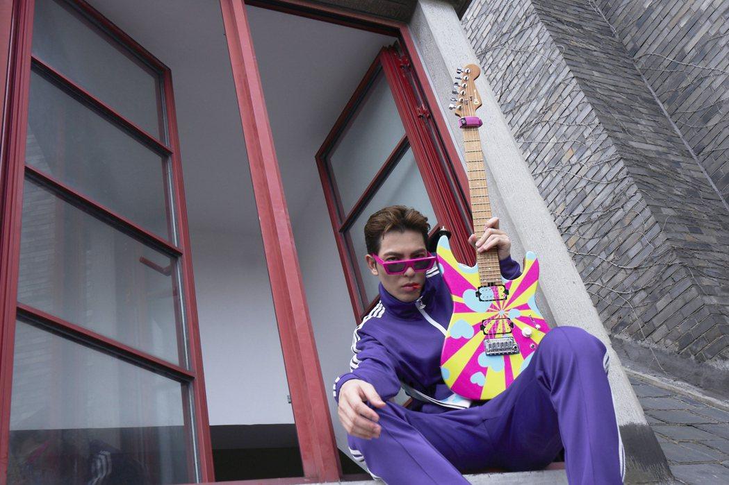 老蕭為新歌「已讀不回94我」MV再執導演筒。圖/華納音樂提供
