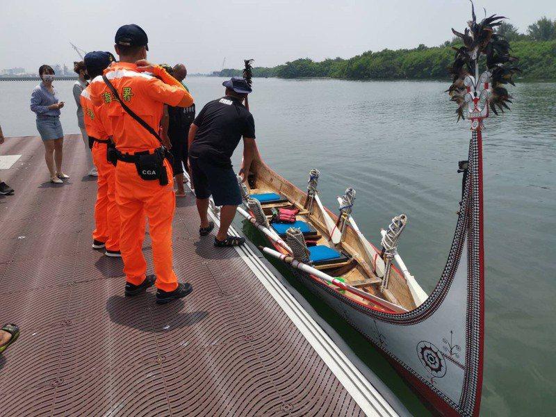 黑潮勇士一行人在台南市短暫停留,蘭嶼拼板舟也將上架,預計明天午時自柴山岸際下水接續環島行程。記者邵心杰/翻攝