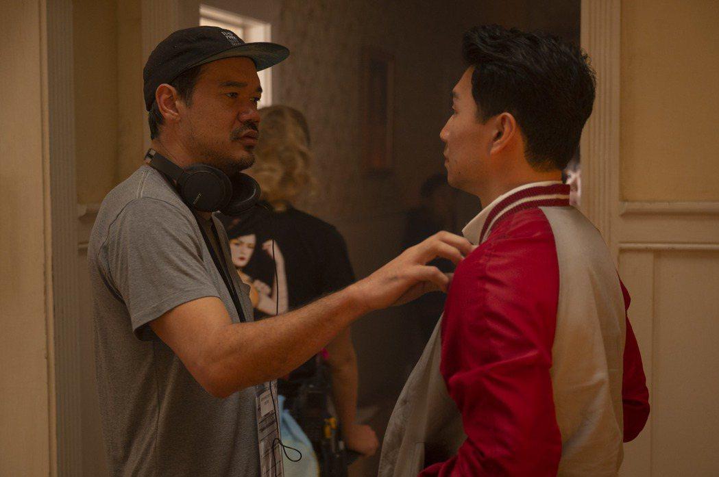 導演德斯汀克雷頓(左)執導「尚氣與十環傳奇」,與男主角劉思慕受到不少武術和動作片...