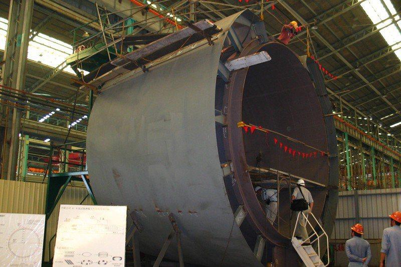台船基隆廠企業工會理事長藍許清表示,台船主要工種有電焊工、鐵工、基樁工,但在船上工作很辛苦,年輕人寧願去服務業。圖為台船試製的潛艦船段。圖/聯合報系資料照片