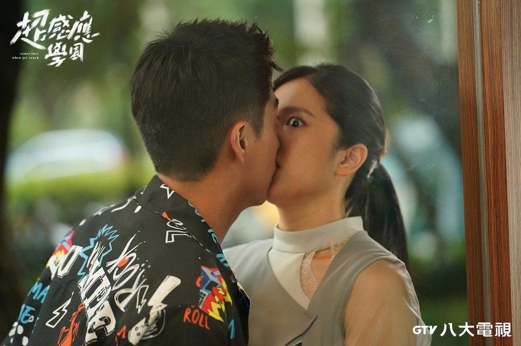 蔡凡熙(左)和劉奕兒上演意外之吻。圖/八大提供