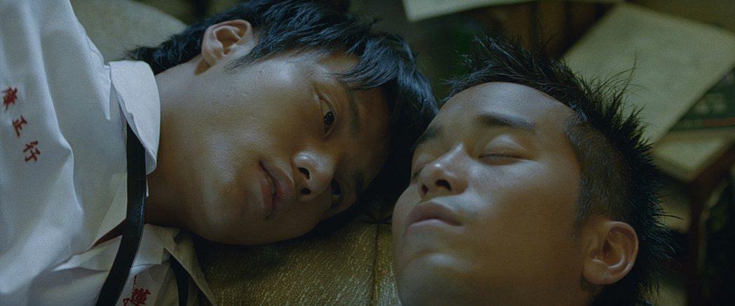張孝全(右)、張睿家當年在「盛夏光年」有大膽的男男床戲。圖/前景提供