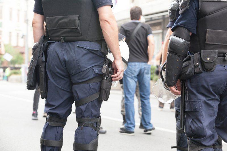 警察是人民保母,幾乎所有大小麻煩都需要解決,但原PO頻頻遇到民眾來借錢,感到相當無奈。圖片來源/ingimage