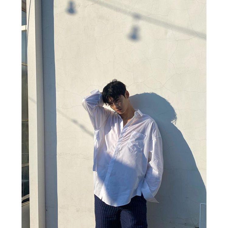 車銀優很擅長詮釋白色、藍色系襯衫的清新。圖/取自IG