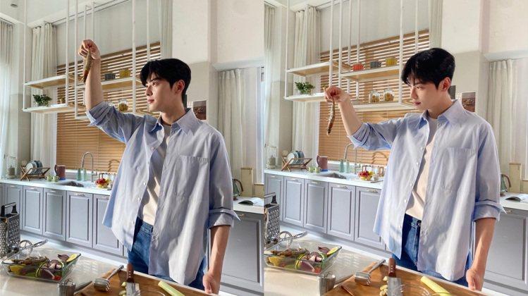 車銀優身穿清新的藍色襯衫拍攝三和食品,淘氣拎蝦對望。圖/取自IG