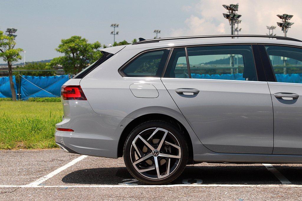 原廠表示福斯Golf Variant車尾線條刻意下滑來營造更年輕與跑格的造型。 ...