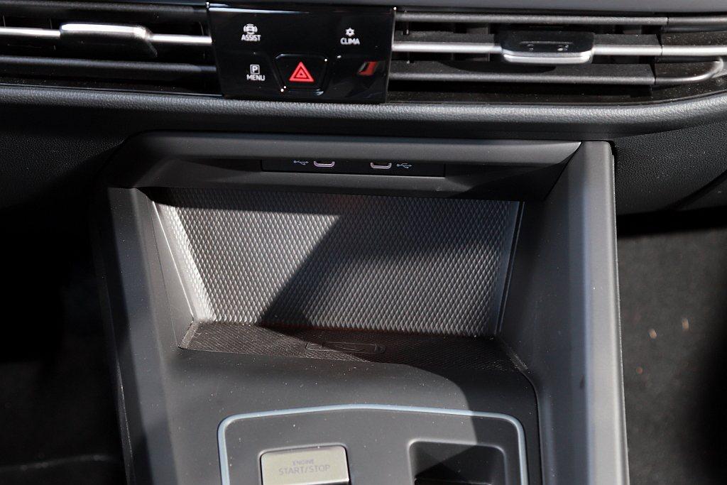 便捷的無線手機充電版,在福斯Golf Variant上也沒有缺少。 記者張振群/...