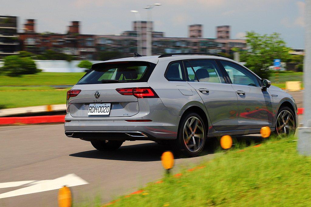 只是因為車尾重量增加進一步改變原本前、後配重比例,相形之下福斯Golf Vari...