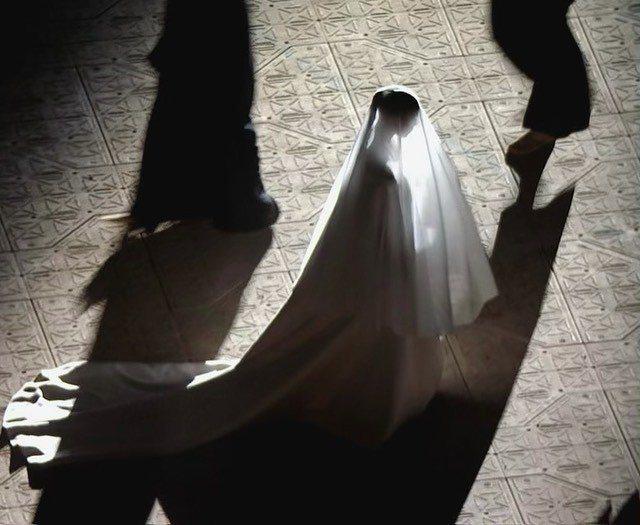 金卡戴珊在自己的IG放上身穿BALENCIAGA高訂去支持肯爺新專輯的新娘造型。...