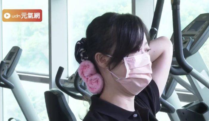 利用毛巾做縮下巴運動,在家簡易鍛鍊頸椎。