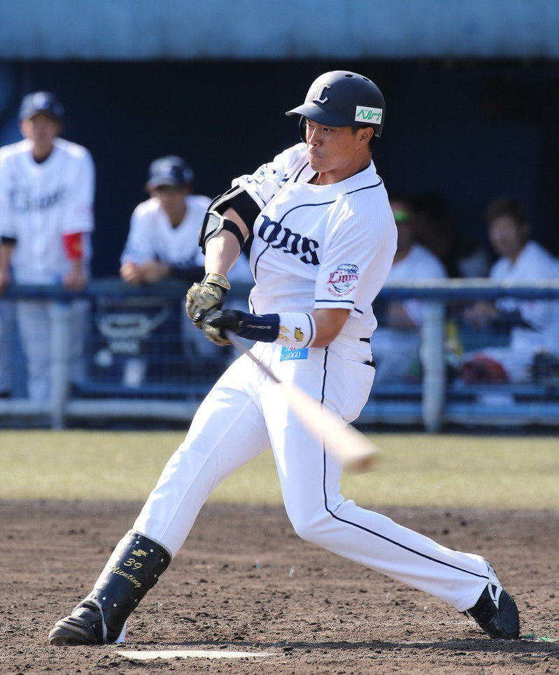 日本職棒野手三台將同日出賽,同場較勁的西武隊吳念庭敲雙安。 圖/資料照片