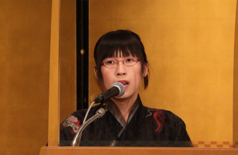 第165屆芥川獎和直木獎得獎名單上個月14日公布,31歲的李琴峰以新作「彼岸花盛開之島」獲芥川獎。她27日出席頒獎典禮時透露網路上有許多中傷她的言論,但這些語言暴力正是她想透過文學抵抗的。 中央社