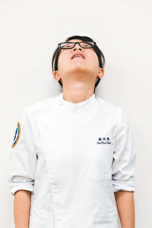 頭頸運動 1.緩慢的抬頭、擺正、低頭、擺正。記者林伯東/攝影