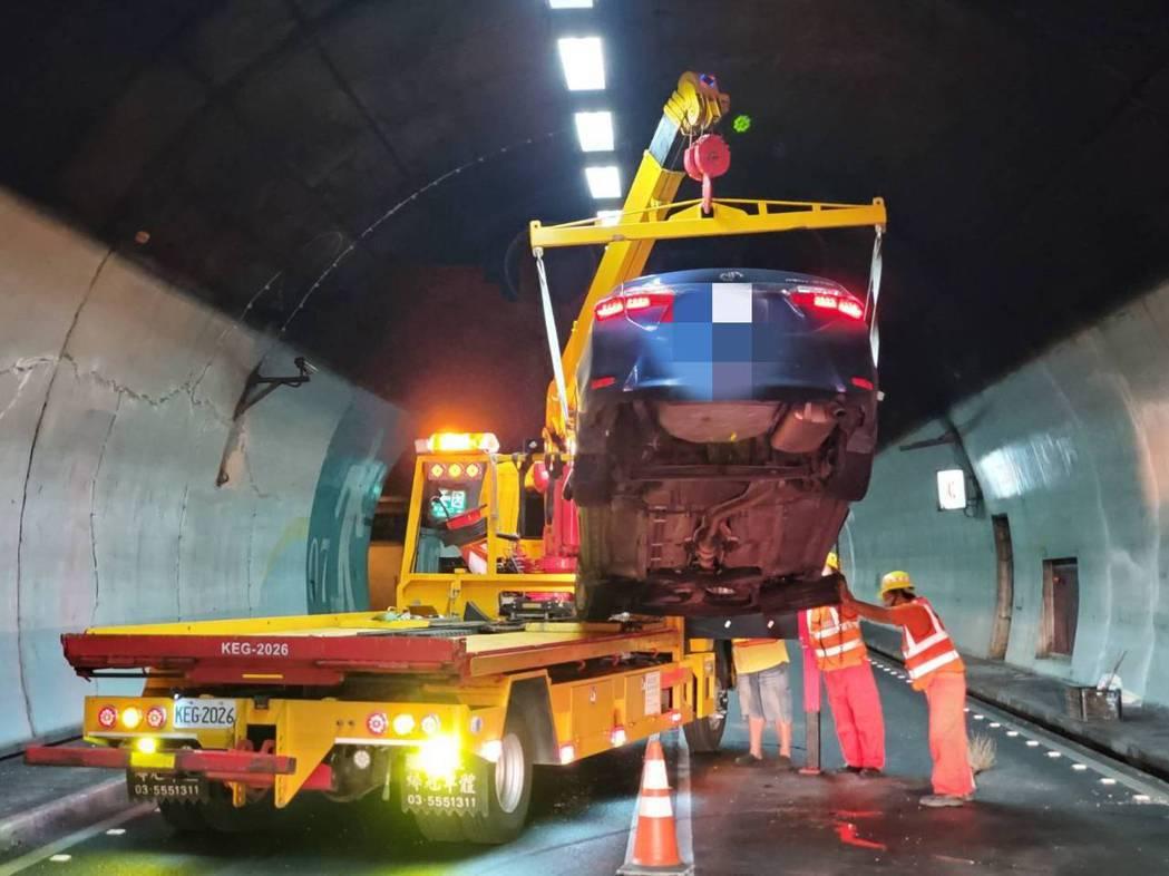 雪隧北上今晨自撞車禍,造成交通受阻將近1小時。圖/消防局提供