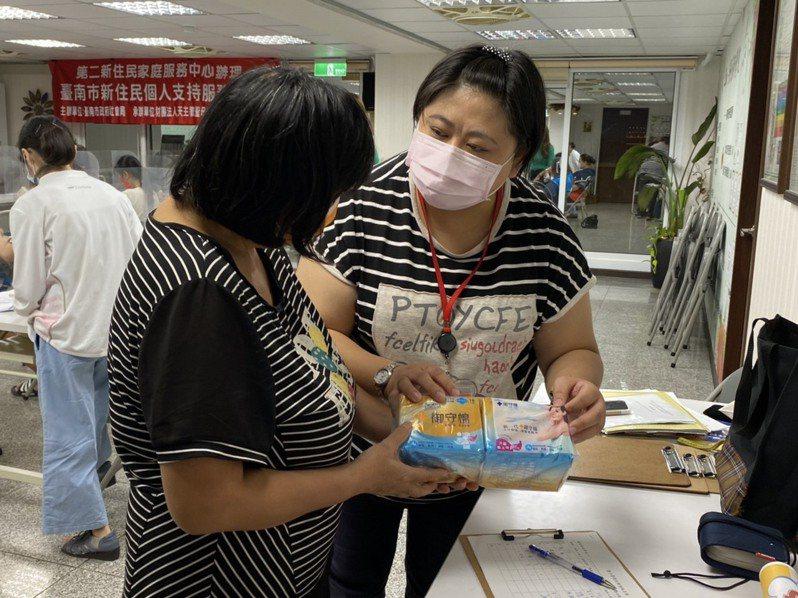 台南市政府媒合康那香企業免費發放衛生棉給脆弱家庭。圖/台南市政府提供