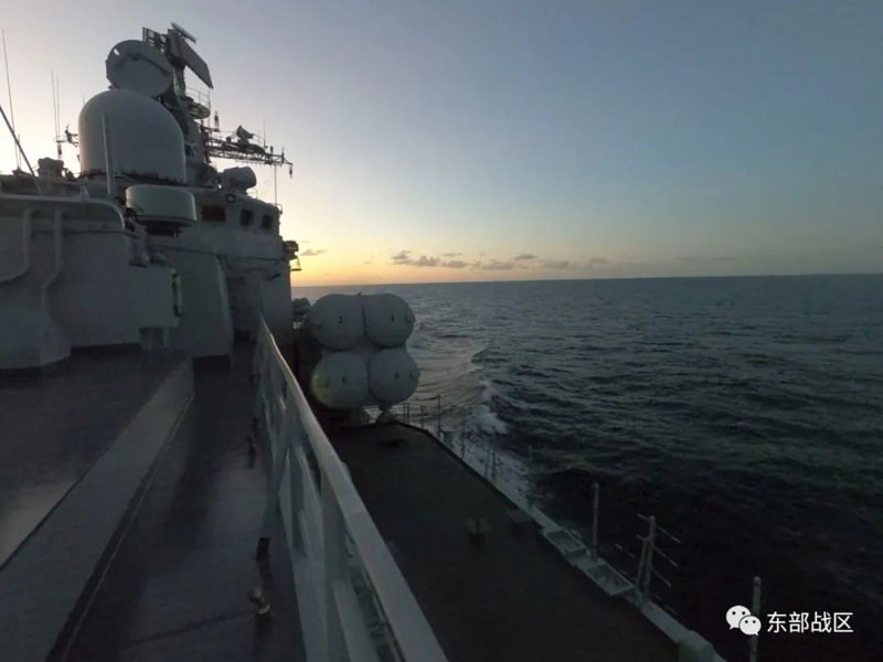 美軍艦艇27日航經台灣海峽時,解放軍東部戰區多軍種力量同日也在東海海空域實施聯合警巡,並開展聯合對海突擊等訓練,雙方針鋒相對,較勁意味十足。(取自解放軍東部戰區微信公眾號)