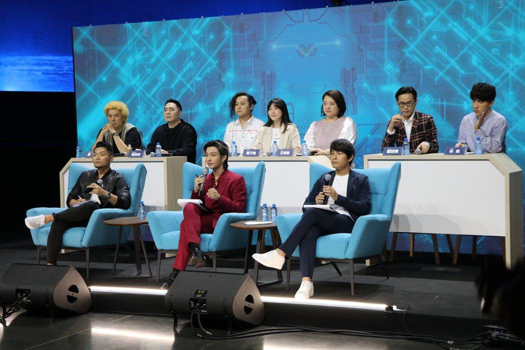 李玖哲、炎亞綸、孫協志同台評選參賽者。圖/火星多媒體有限公司提供