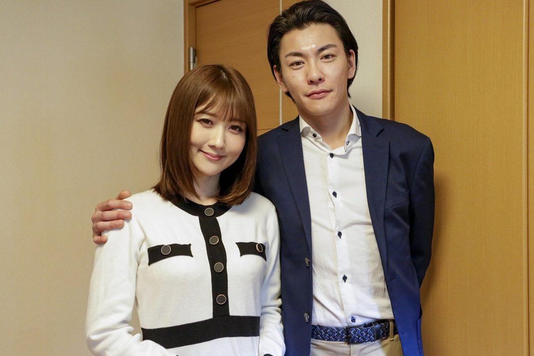 大槻響(左)演出人妻,與準教授丈夫山本宗介過著幸褔生活。圖/車庫娛樂提供