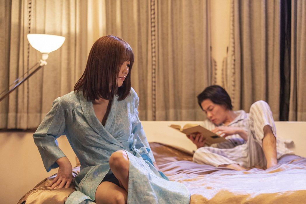 大槻響(左)主演情色電影「夫妻倫理學」。圖/車庫娛樂提供