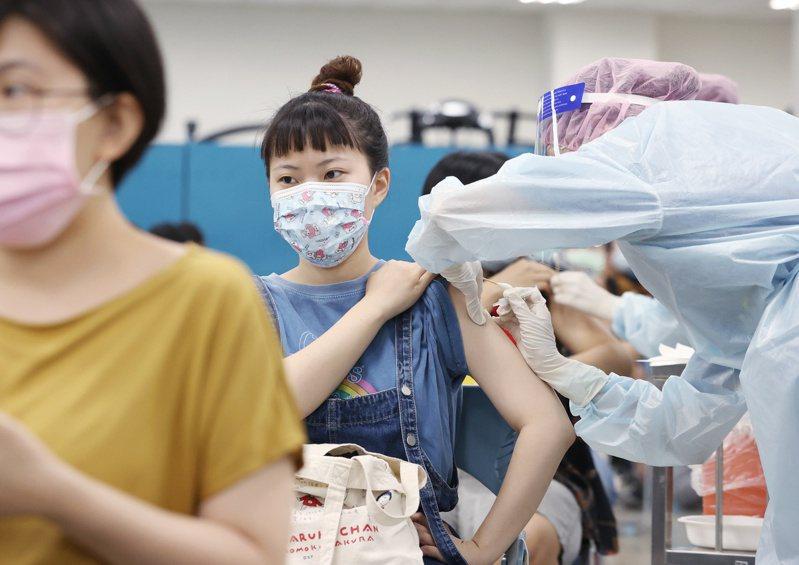 指揮中心力拚高第一劑新冠疫苗覆蓋率。但專家看法大不同。圖/聯合報系資料照片