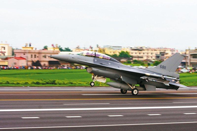 蔡政府上任後的2019年5月29日國軍漢光35號演習,選在彰化戰備道實施戰備道起降,蔡總統親自前往視導,圖為在彰化戰備道操演的F-16V。圖/聯合報系資料照片