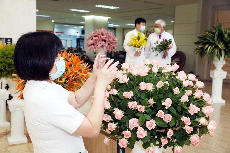 農糧署與台灣花店協會合作,串聯全台300家花店製作8萬把國產花束,送給疫苗接種站的醫護和防疫人員。圖/聯合報系資料照片