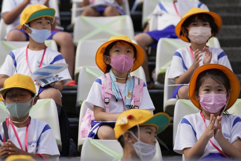 不能打疫苗的幼童8月的單日確診者比率在增加。圖為7月東京奧運足球賽,福島的小學生觀戰,非新聞當事人。美聯社